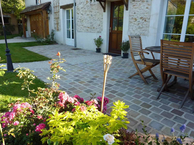 Réalisation de terrasse en pavé de grès et béton désactivé à Rambouillet, Yvelines