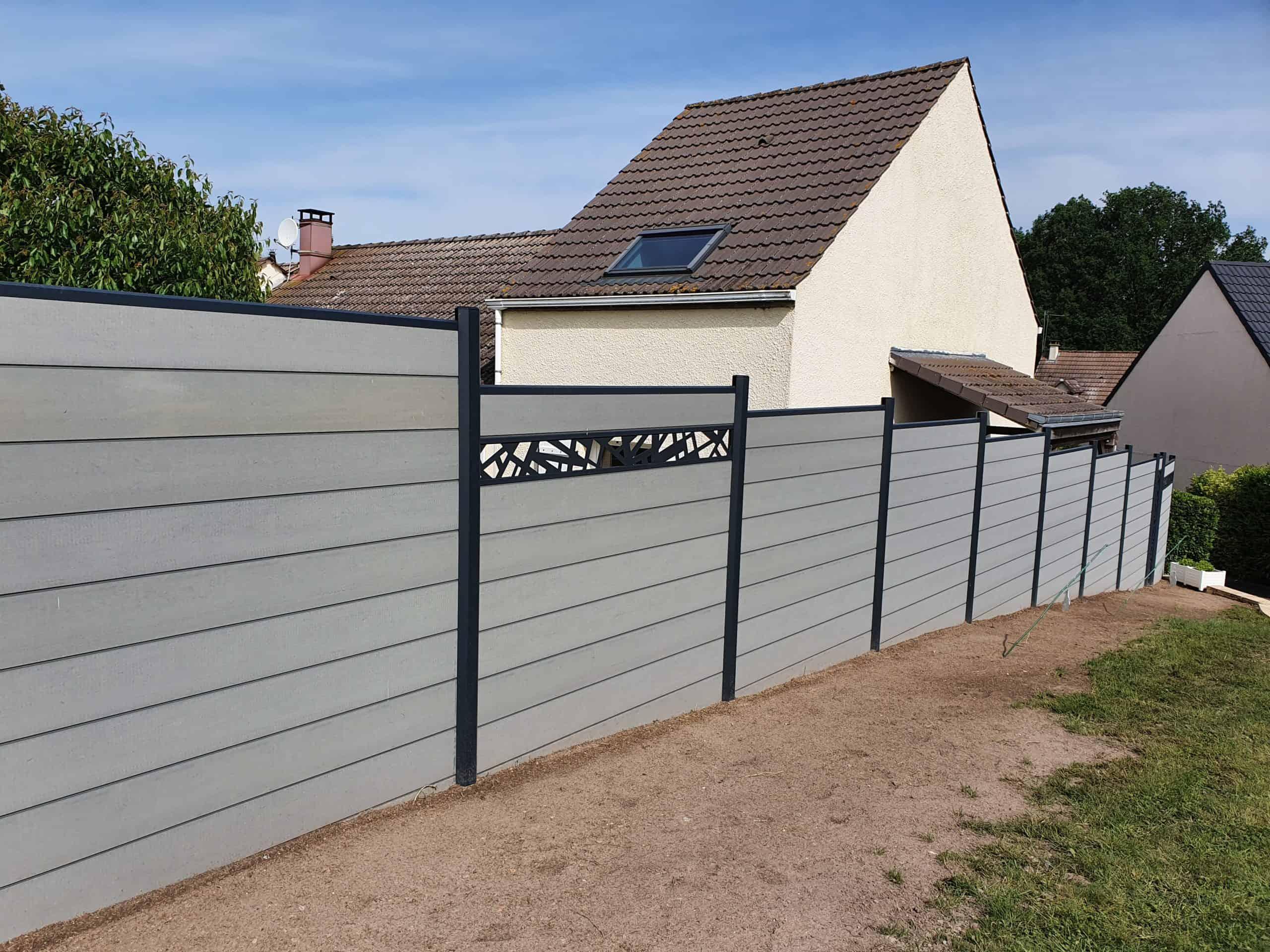 Pose de clôture en composite